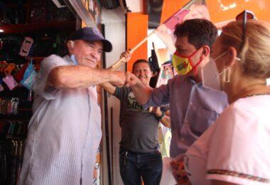 Marcelo Amil e Dora Brasil fazem caminhada na Rua do Comércio