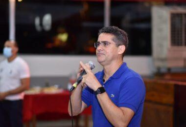 Prefeito de Manaus anuncia antecipação do 13º salário dos servidores