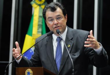Eduardo Braga é cobrado para doar seu salário para compra de cilindros de oxigênio para o AM