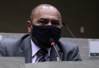 Vereador pede a Seminf operação 'tapa buraco' e asfaltamento para ruas das zonas Norte e Leste