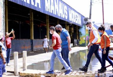 David Almeida acompanha construção de pontes na Manaus Moderna e anuncia transferência de feirantes