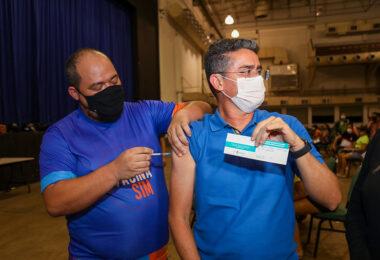 Prefeito David Almeida recebe 1ª dose de vacina contra a Covid-19