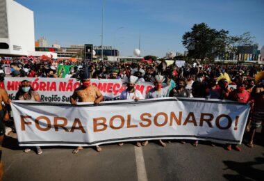 Bolsonaro é alvo de manifestações nas capitais brasileiras