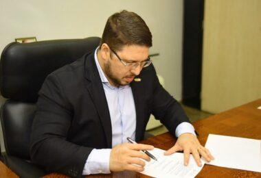 Quais as reais intenções de Carlos Almeida há mais de 1 ano afastado do governo?