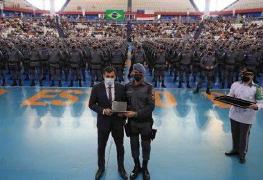 Wilson Lima é carregado por novos policiais militares durante solenidade; veja vídeo